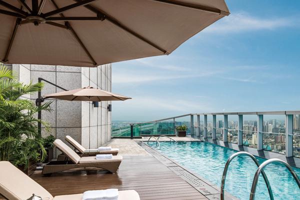 另外,值得一提的是还有酒店的招牌——铱瑞水疗中心(Iridium Spa)。由澳大利亚的Schletterer设计公司打造,拥有9间宽敞的理疗室,并配套蒸汽房、桑拿房等设施,多种健身护理和芳香疗法将为客人带来全方位的感官体验,融声、色、味及嗅觉和触觉的飨宴于一体。成都瑞吉酒店铱瑞水疗中心为全套房水疗场馆,配备最先进的科技与理疗设备,在配置齐全豪华的套房与空中楼阁里,帮助宾客踏上令人难忘的水疗体验旅程。在Schletterer所打造的欧式热疗套房中,传统中式元素和水疗产品中地道的当地