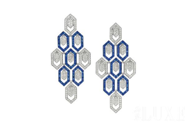其明亮的色彩雕饰出犹如孔雀的扇形尾巴,让结合了蓝宝石,祖母绿和钻石
